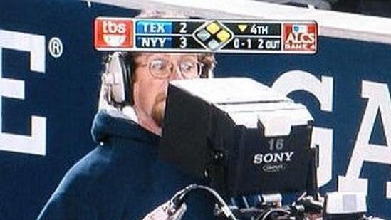 Vyděšený kameraman po zásahu jeho přístroje.
