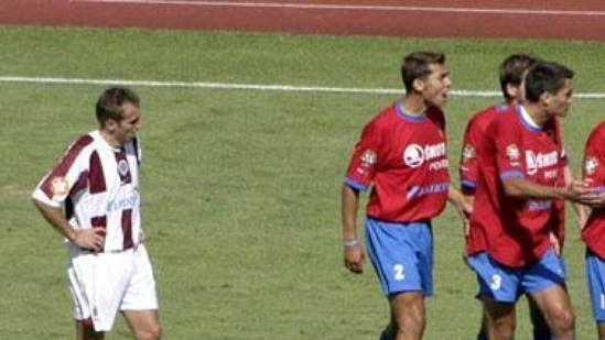 Plzeňský Petr Knakal dostává od rozhodčího Matějka červenou kartu.