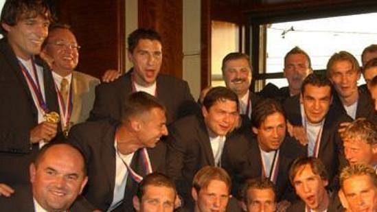 Fotbalisté Sparty převzali pohár pro vítěze fotbalové ligy vkavárně Slavia.