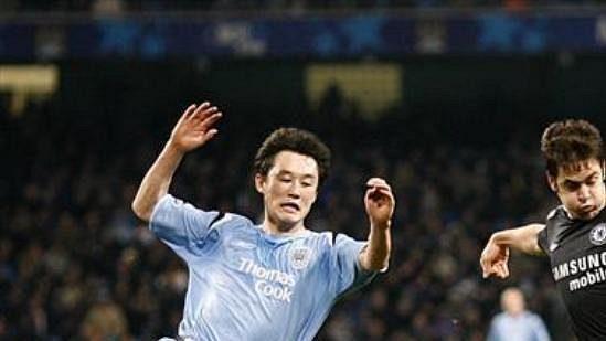 Joe Cole (vpravo) vutkání proti Manchesteru City