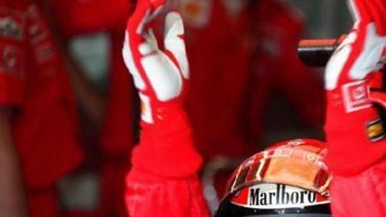 Michael Schumacher v boxech při úvodní kvalifikaci na A1-Ringu.
