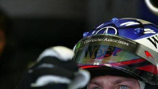 Fin Kimi Räikkönen vkokpitu vozu McLaren.