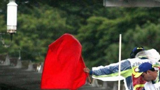 Červená vlajka v Interlagosu. Traťoví komisaři právě ukončili Velkou cenu Brazílie v 55. kole.