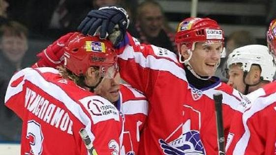 Alexej Jašin (uprostřed) se spoluhráči z Jaroslavle mají nového trenéra