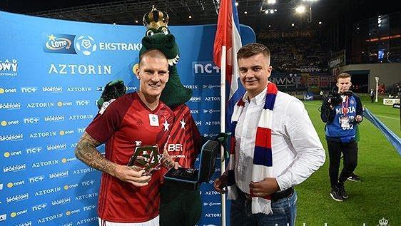 Zdeněk Ondrášek (vlevo), který přebírá cenu pro nejlepšího fotbalistu polské ligy za měsíc srpen, patří zatím mezi Šilhavého náhradníky.