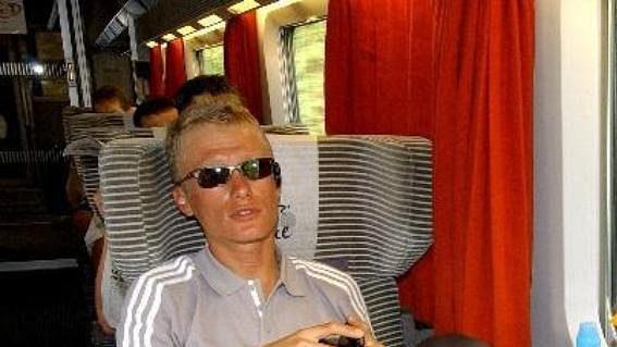 Kazašský cyklista Alexander Vinokurov odpočívá během přesunu při Tour de France.