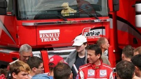 Frankie Vojtíšek rozdává týmové suvenýry fanouškům.