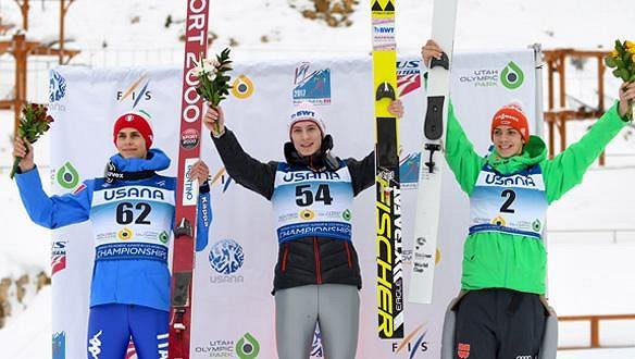 Český skokan na lyžích Viktor Polášek (uprostřed) na stupních vítězů po závodě mistrovství světa juniorů v Utahu.