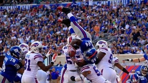 Ahmad Bradshaw skóruje jeden ze svých tří touchdownů