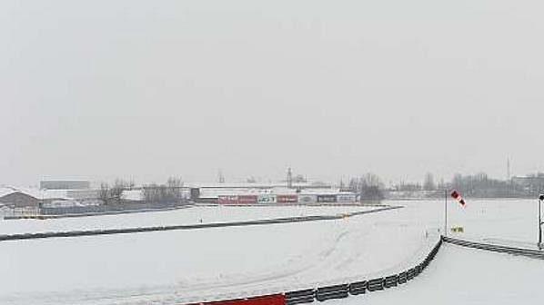 Trať v Fioranu pokryl sníh, takže avizované představení monopostu Ferrari se nekonalo.