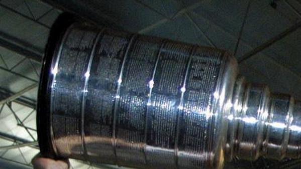 Patrik Eliáš s pohárem pro vítěze NHL