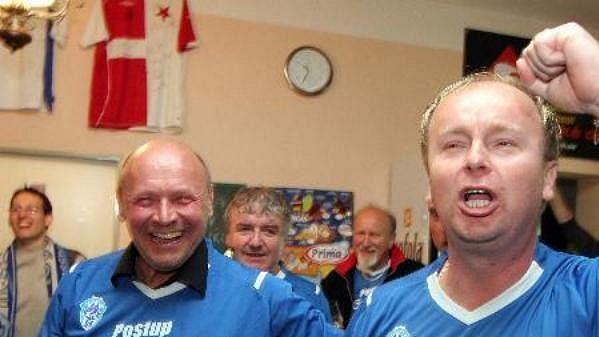 Manažer fotbalistů Čáslavi Martin Svoboda (vpravo) oslavuje postup do první ligy.