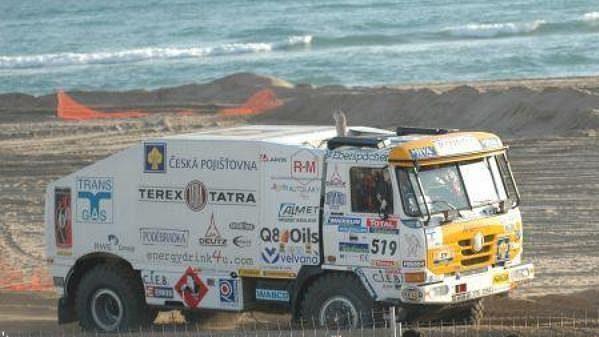 Karel Loprais s kamiónem Tatra na trati prologu Rallye Dakar.