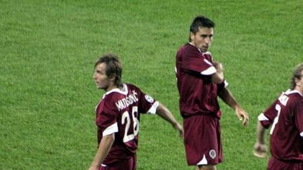 Miroslav Matušovič se raduje se spoluhráči Petrášem a Zelenkou (vpravo) ze svého gólu Ajaxu Amsterdam.