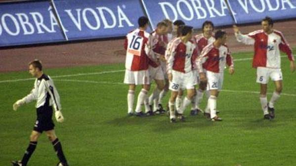 Fotbalisté Slavie se radují po gólu do sítě Slovácka.