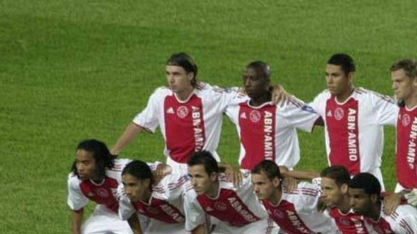 Fotbalisté Ajaxu před utkáním na pražské Spartě.