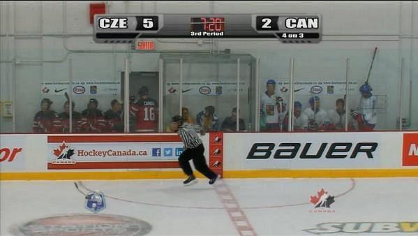 Utkání české dvacítky s kanadským výběrem na turnaji v Montrealu bylo pořádně vyhrocené, o čemž vypovídá i pohled na trestné lavice.