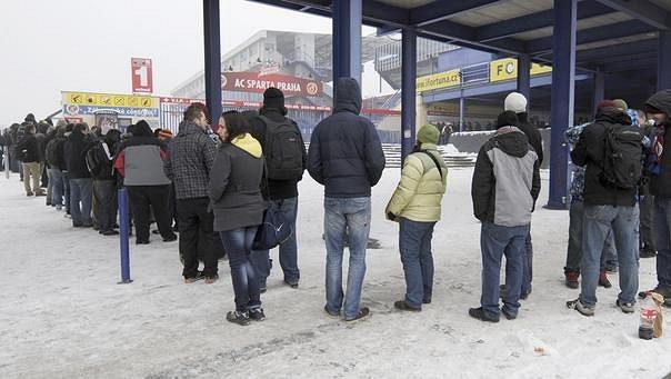 Zájemci o lístky na Chelsea vytvořili před letenskými pokladnami dlouhou frontu.