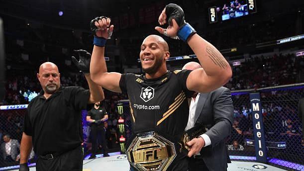 Ciryl Gane se stal prozatímním držitelem titulu těžké váhové kategorie UFC.