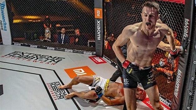 Andrej Kalašnik se raduje z vítězství proti Johnsenovi.