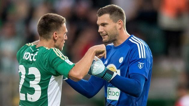 Fotbalisté Boheminas Milan Kocič (vlevo) a Tomáš Fryšták se radují.