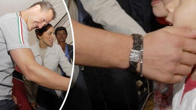 Michael Schumacher měl tibetský náramek na ruce neustále. Při závodech i při návštěvě Kostariky.