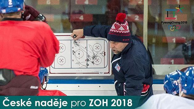 Josef Jandač uděluje pokyny svým svěřencům na tréninku hokejové reprezentace.
