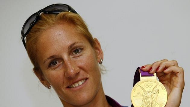Skifařka Mirka Knapková pózuje se zlatou olympijskou medailí.