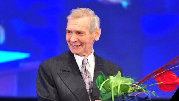 Ve věku 82 let dnes zemřel slovenský házenkář století Anton Frolo, mistr světa z roku 1967. V roce 2013 (na snímku) byl uveden do Síně slávy a získal ocenění Sportovní legenda.