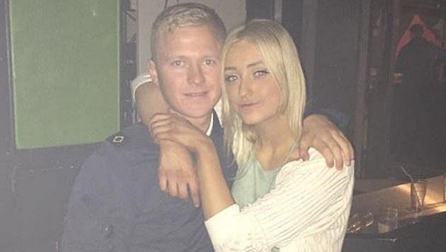 """Fanoušek Burnley Jake Hepple a jeho přítelkyně dostali kvůli nápisu """"White Lives Matter"""" vyhazov z práce."""