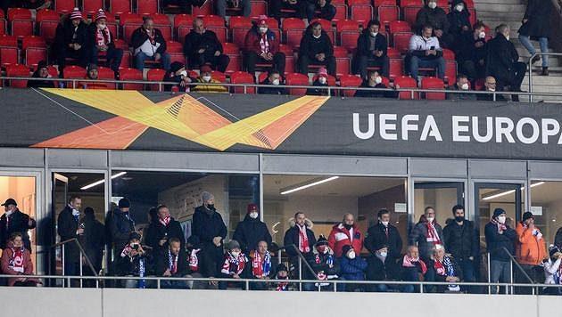 Respirátory se na Slavii při utkání s Leicesterem příliš nenosily. Tedy aspoň ne tam, kde by se to očekávalo.