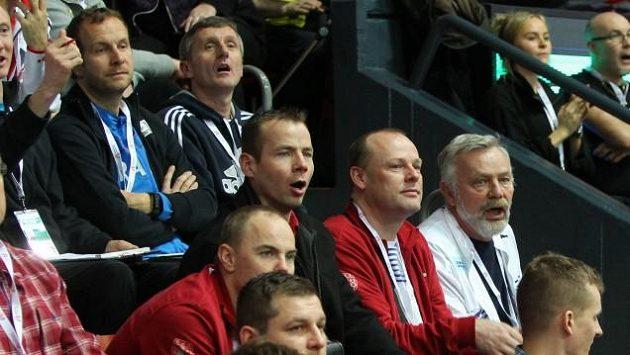 Tomáš Janků (v černém uprostřed) při sledování halového ME v Göteborgu.