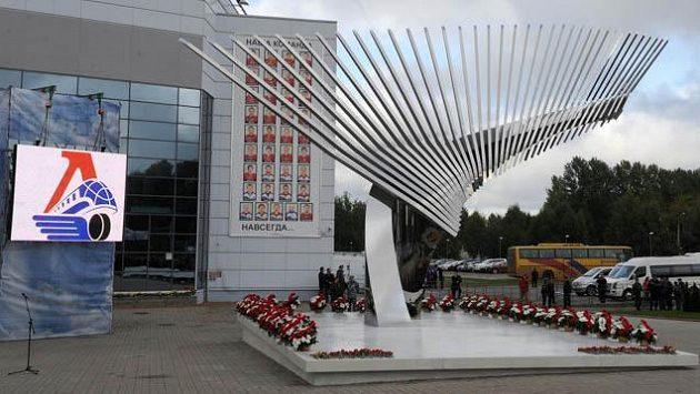 Památník z 37 hokejek, symbolizujících počet členů týmu Lokomotivu Jaroslavl, kteří přišli o život při leteckém neštěstí v roce 2011.