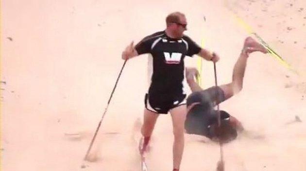 Peter Northug (vzadu) končí v kotrmelcích při pouštním duelu s Oddem-Björnem Hjelmesetem.