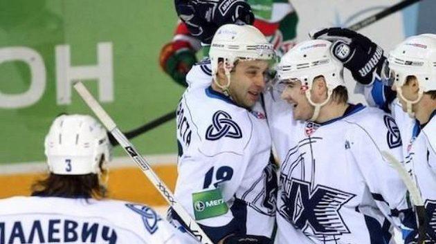 Hokejisté Neftěchimiku Nižněkamsk se radují z gólu. Archivní foto.
