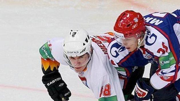 Igor Misko (vpravo) při jednom z hokejových soubojů