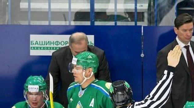 Zklamaná střídačka hokejistů Ufy s trenérem Bykovem