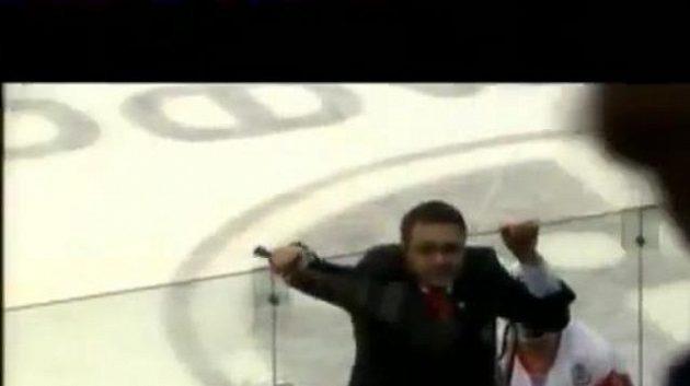 Trenér Čechova napadl fanoušky Minsku hokejkou.