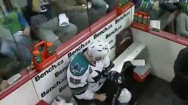 Hokejistovi Benu Eagerovi ukazuje ňadra fanynka Vancouveru.