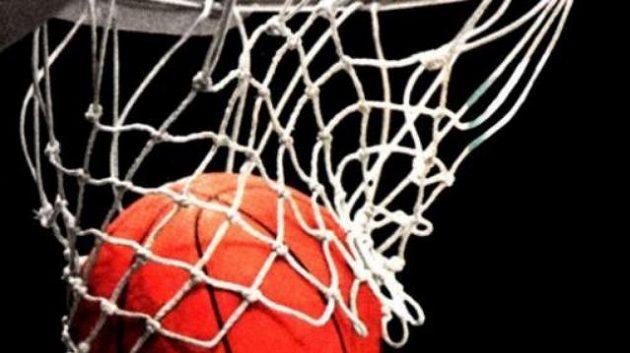 Basketbalový míč v koši.