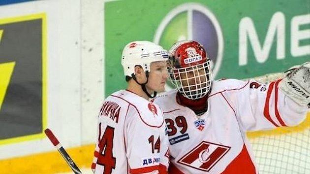 Dominik Hašek se spoluhráčem Růžičkou ze Spartaku Moskva