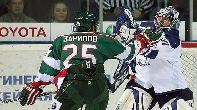 Danis Zaripov z Kazaně před brankářem Dynama Vitalijem Jeremejevem