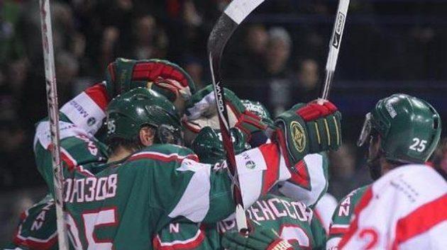 Za brankářem Jaroslavle oslavují gól hokejisté Kazaně