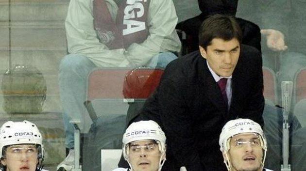 Trenér Igor Nikitin na lavičce hokejistů Omsku