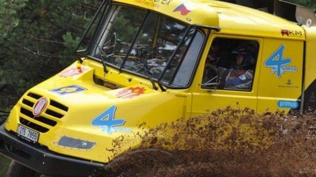 Aleš Loprais se závodním kamiónem Tatra.