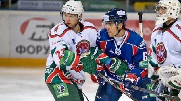 Tomáš Rolinek před brankářem Kazaně Galimovem a zároveň střžený jeho spoluhráčem Alexejem Těreščenkem