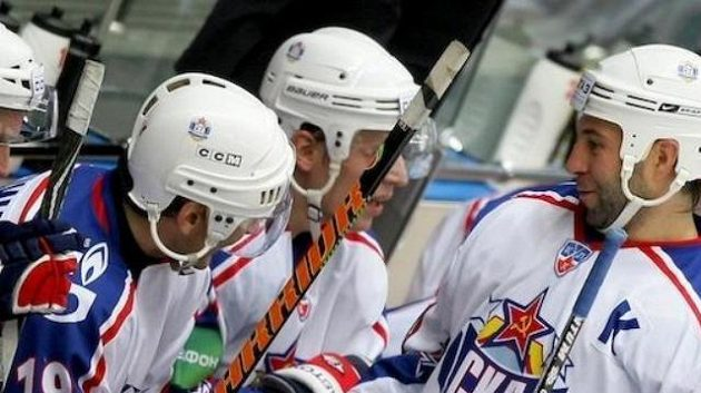 Maxim Sušinskij se zdraví s Alexejem Jašinem (vlevo), oba v Petrohradu skončili