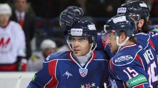 Čeští útočníci Magnitogorsku Tomáš Rolinek (vlevo) a Jan Marek