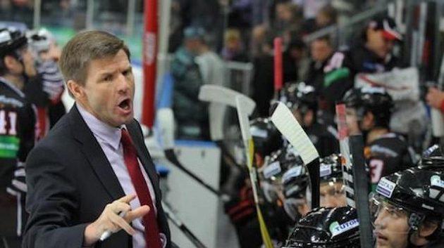 Trenér Rostislav Čada při dřívějším působení na střídačce hokejistů Omsku