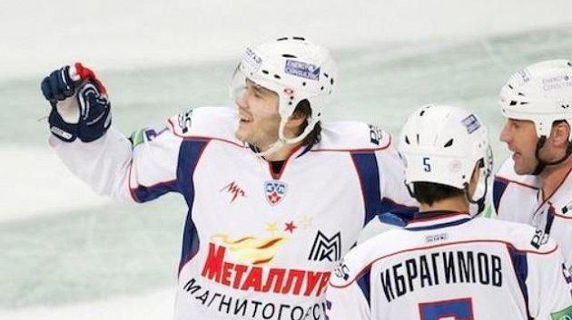 Hokejisté Magnitogorsku (zleva) Čistov, Ibragimov, a Bulyn.